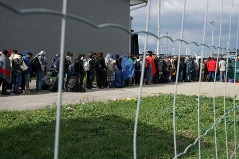 A line of Syrian refugees crossing the border of Hungary and Austria on their way to Germany. Hungary, Central Europe, 6 September 2015. (Photo: Mstyslav Chernov/Wikimedia Commons)